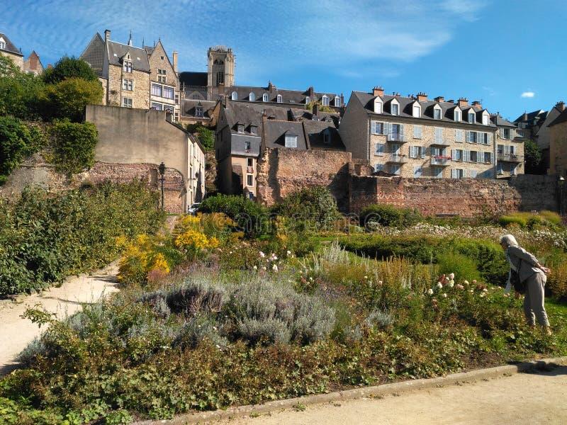 Ruines sur le jardin merveilleux images libres de droits