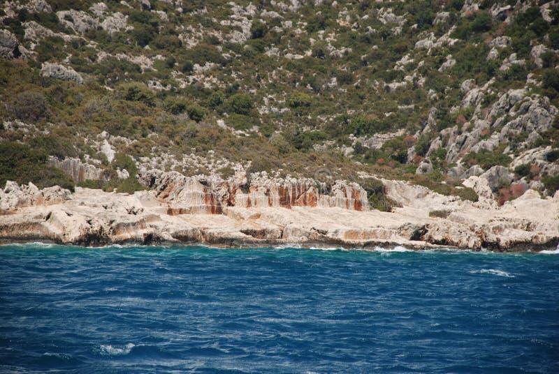 Ruines sur le rivage rocheux du méditerranéen en Turquie près d'Antalya images libres de droits