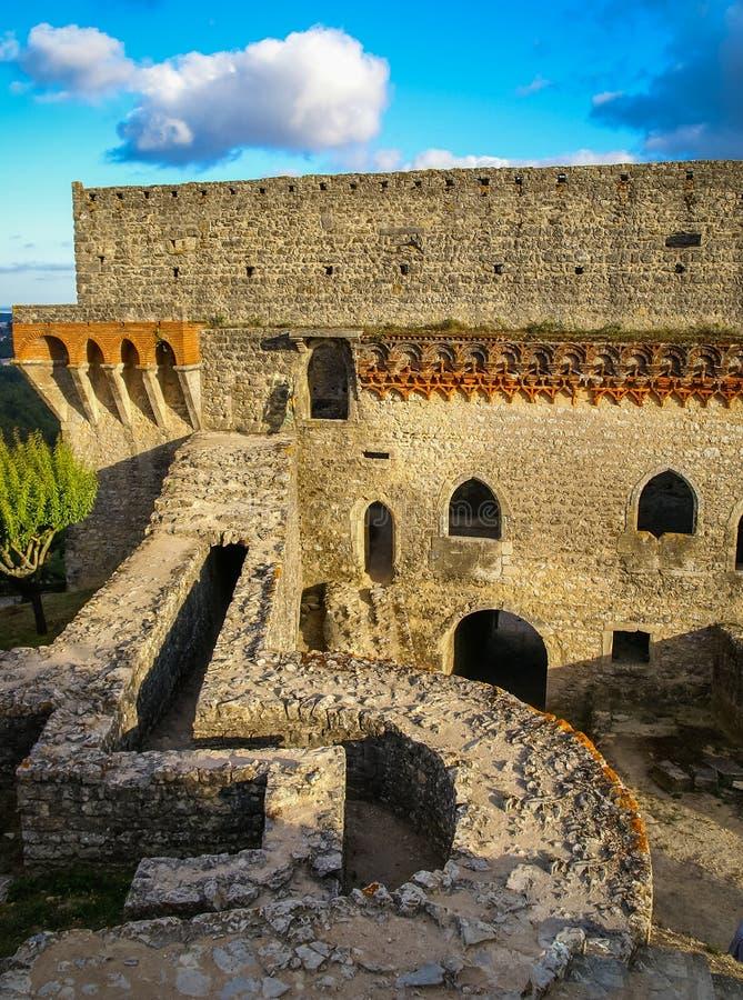 Ruines van een oud kasteel in Ourem, Portugal stock foto