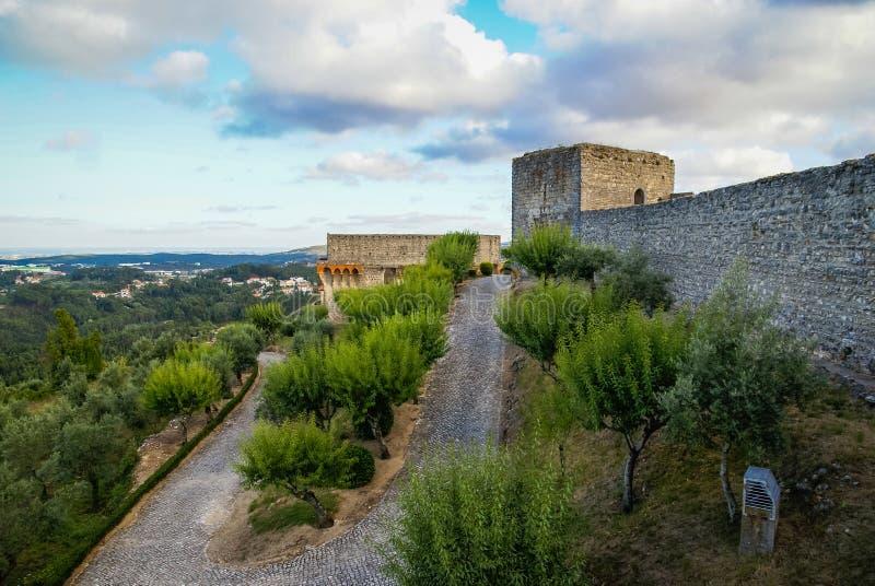 Ruines van een oud kasteel in Ourem, Portugal stock fotografie