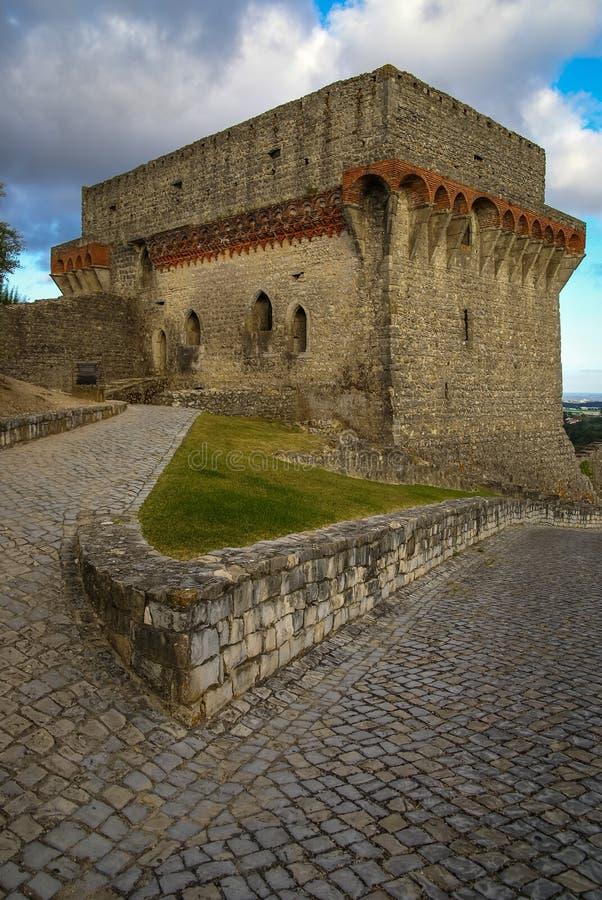 Ruines van een oud kasteel in Ourem, Portugal stock foto's