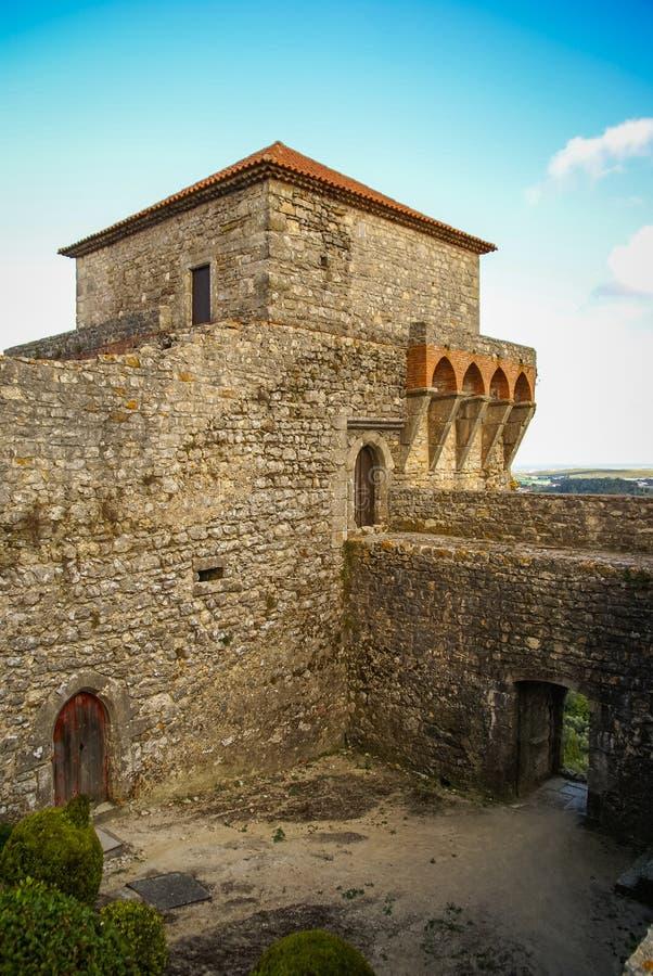 Ruines van een oud kasteel in Ourem, Portugal royalty-vrije stock afbeelding
