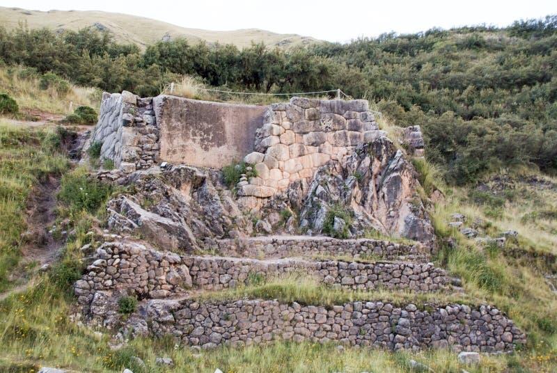 Ruinez le ressort dans Tambomachay ou le Tampumachay, site archéologique lié à l'empire d'Inca, situé près de Cusco images libres de droits