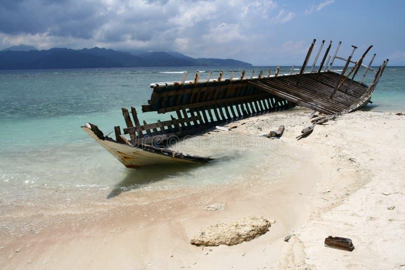 Wrack auf dem Strand von Gili Insel stockbilder