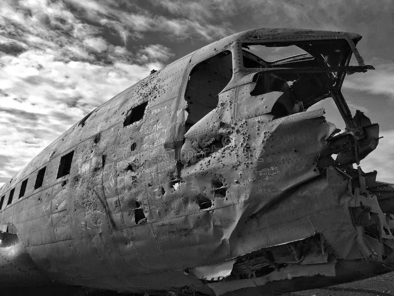 Ruiniert: Verdrehtes Metall auf Island-` s Solheimasandur Strand stockbild