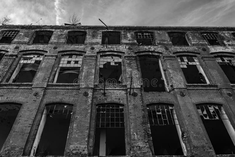 Ruinierte alte Textilfabrik in Schwarzweiss, B&W stockfotos