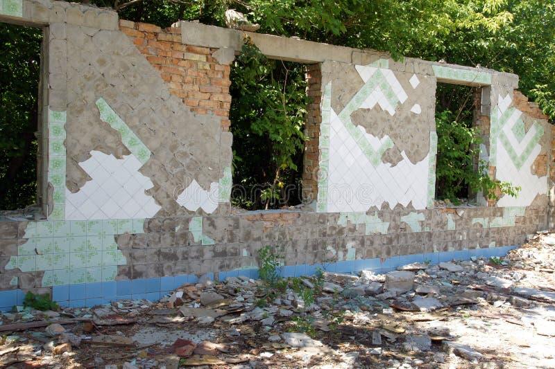 Ruinierte Backsteinbauten einer verlassenen Fabrik stockfotos