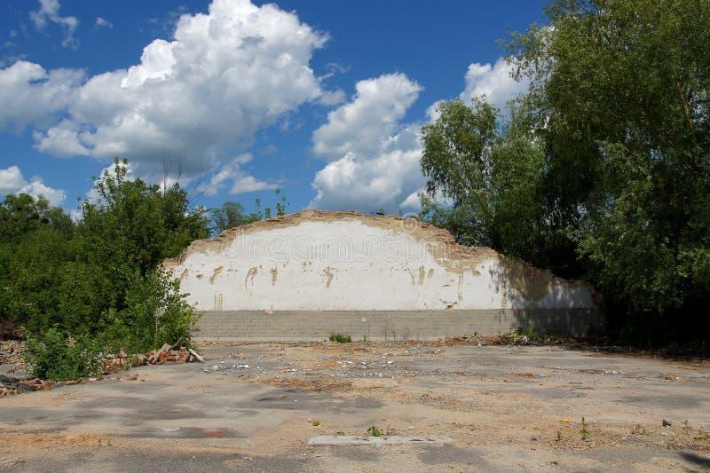 Ruinierte Backsteinbauten einer verlassenen Fabrik stockbilder