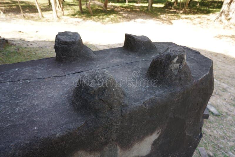 Ruinierte Basis von Löwestatuenbeinen bei Prasat Tao in Sambor Prei Kuk in Kambodscha stockfoto