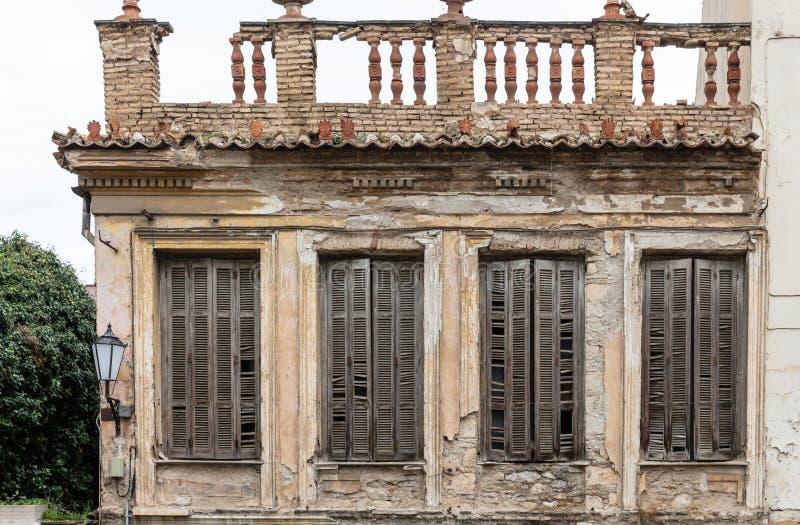 Ruinierte Fassade eines verlassenen neoklassischen Gebäudes in der alten Stadt von Plaka, Athen, Griechenland stockfotos