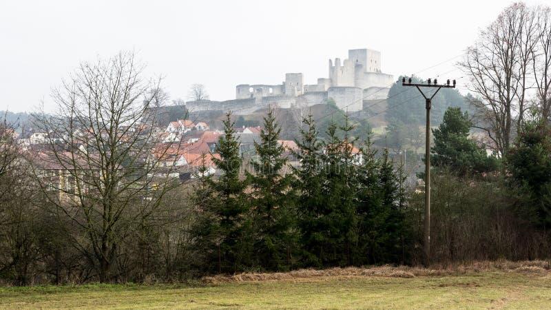 Ruinierte Landschaftsansicht Casle Rabi mit Drähte Farbe lizenzfreie stockfotografie