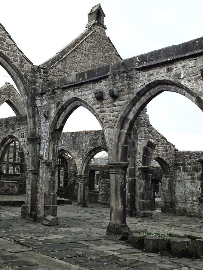 Ruinierte mittelalterliche Kirche lizenzfreie stockfotos