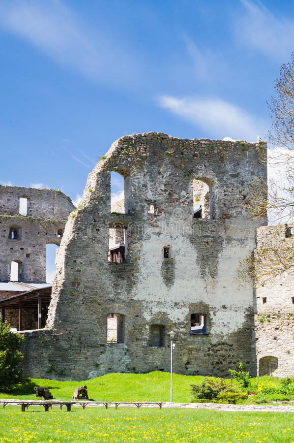 Ruinierte Wand episkopalen Schlosses Haapsalu lizenzfreies stockfoto