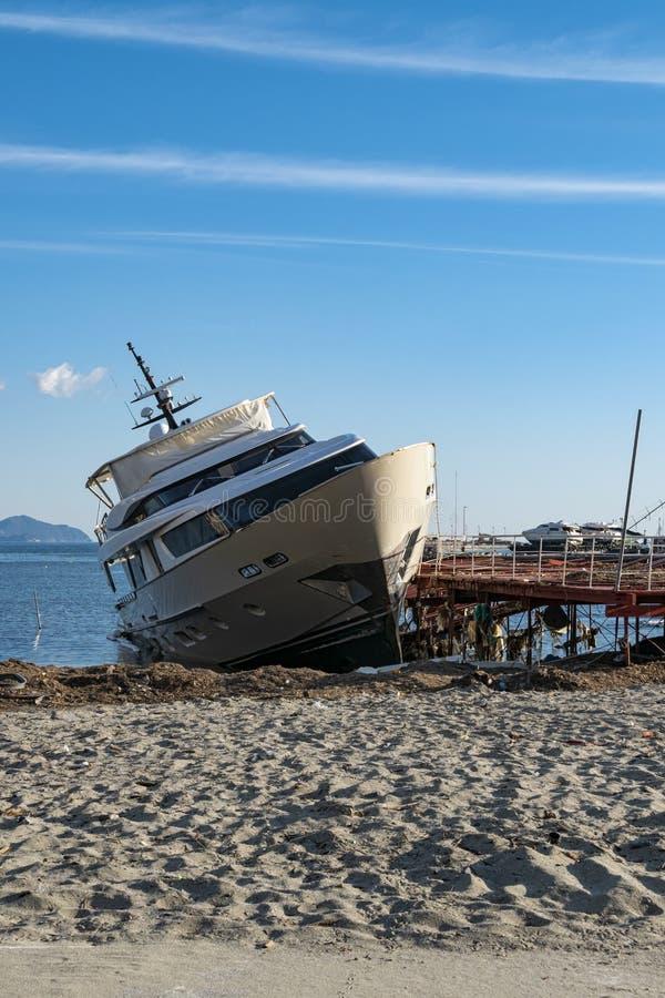 Ruinierte Yacht auf einem Strand stockbilder