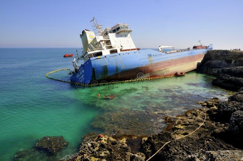 Ruinierter Öltanker im sauberen Meerwasser stockfotos