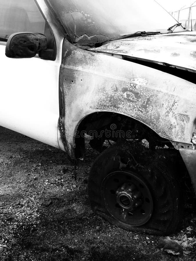 Ruinierter gebrannter LKW-Absturz zerschmetterte zerstörtes Auto-Wrack lizenzfreie stockfotografie