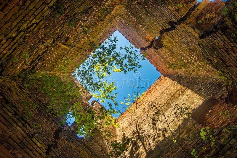 Ruinierter Kirchturminnenraum stockbilder
