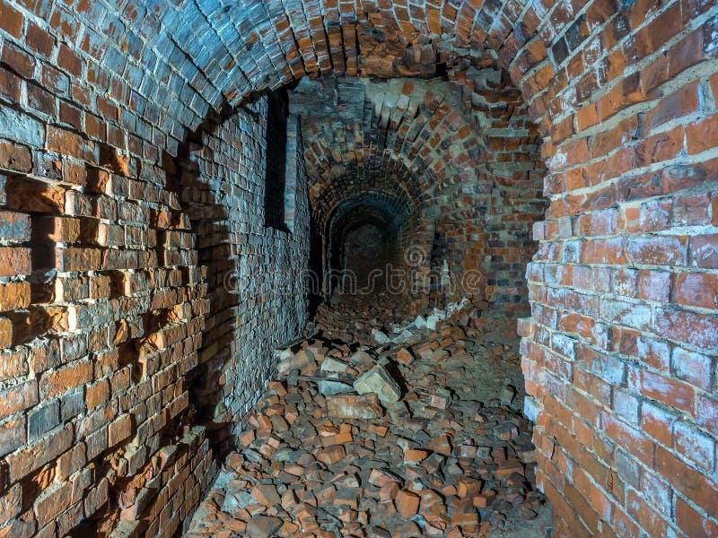 Ruinierter Ziegelsteinuntertagetunnel oder -korridor stockbilder