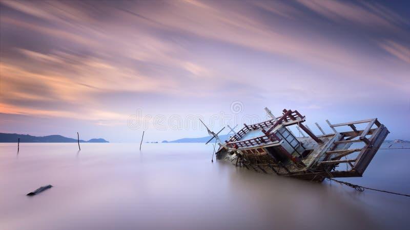 Ruiniertes Boot mit langer Belichtung bei Sonnenaufgang des Meerblicks in Phuket Thailand lizenzfreie stockfotos