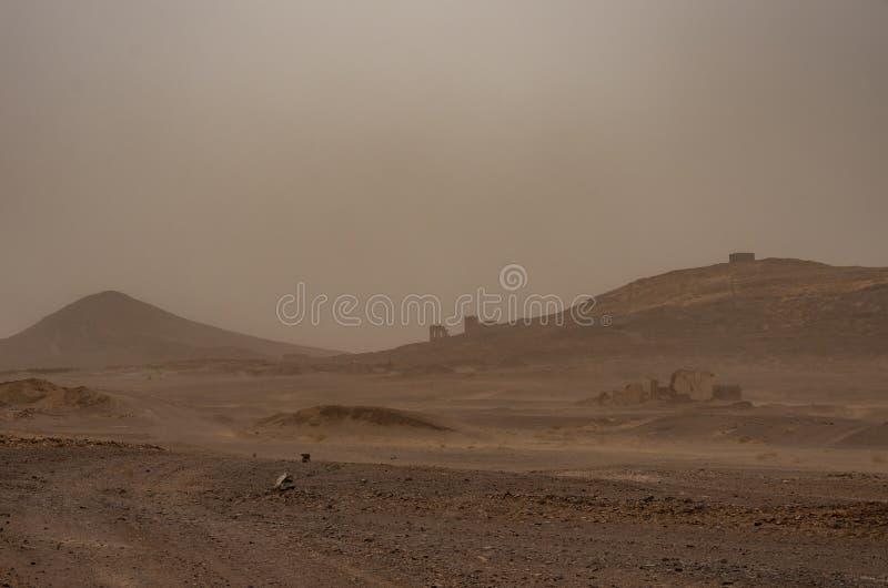 Ruiniertes Dorf nahe Sahara-Erg Chebbi-Düne im Sandsturm Moroc stockbilder