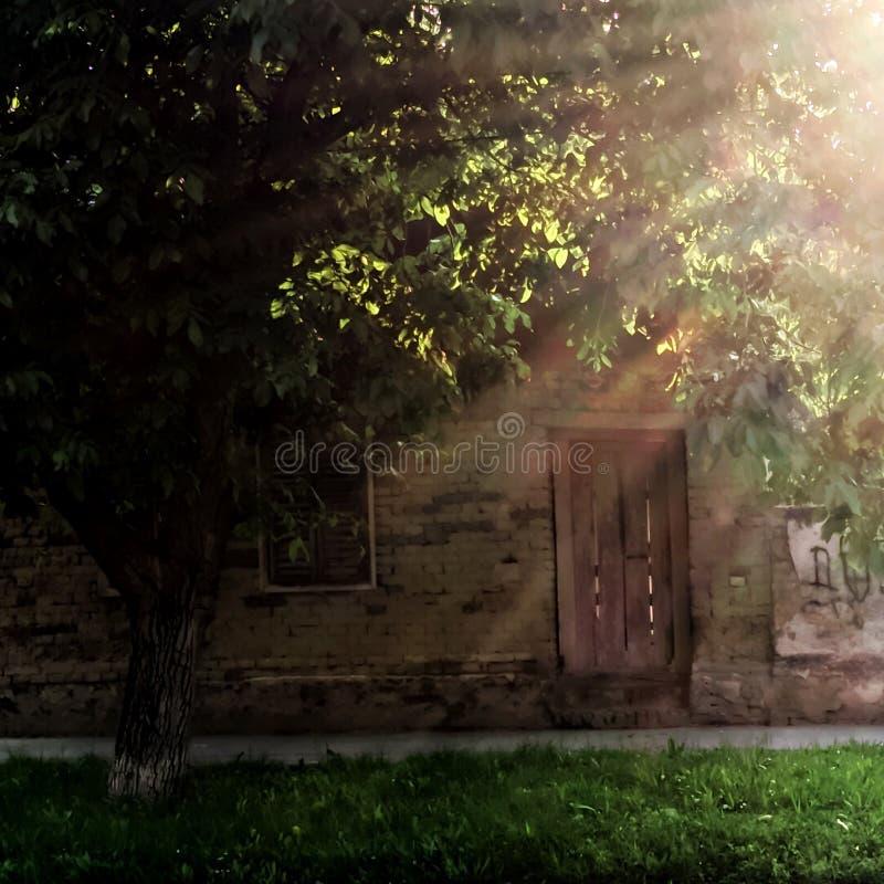 Ruiniertes Haus morgens lizenzfreie stockbilder