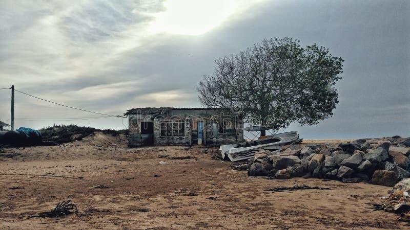 Ruiniertes Haus nahe dem Strand stockbild