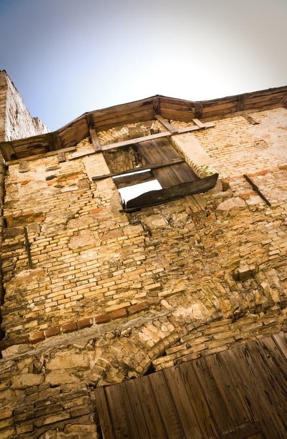 Ruiniertes Haus und Fenster lizenzfreie stockfotografie