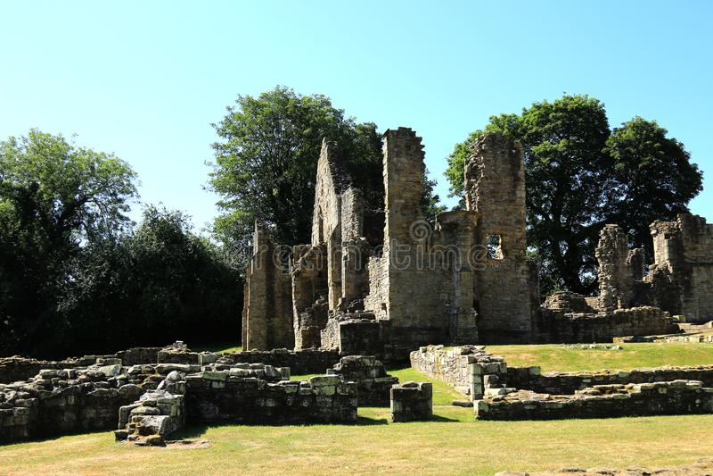 Ruiniertes Kloster unter blauen sky's stockfoto