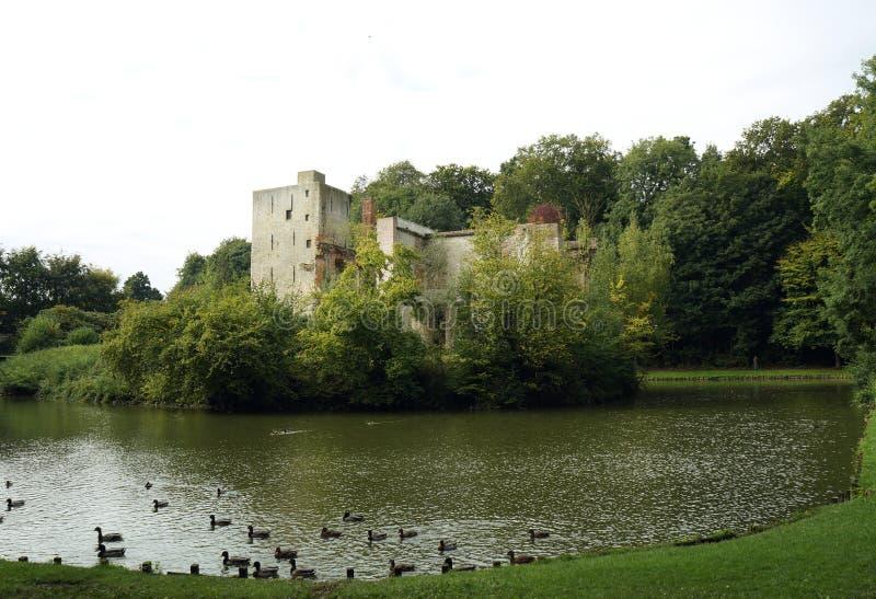 Ruiniertes Schloss in Grimbergen lizenzfreies stockfoto