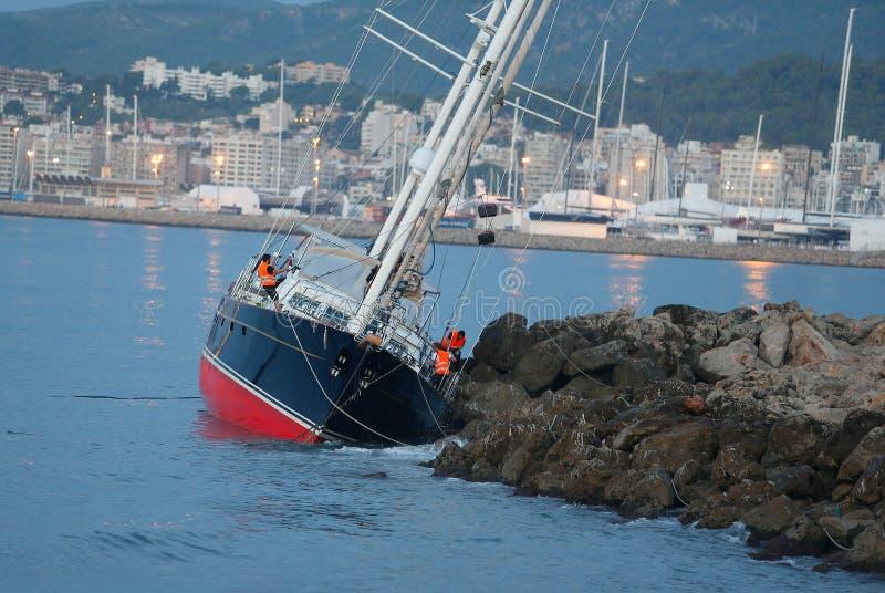 Ruiniertes Segelschiff nach schweren Stürmen in Mallorca lizenzfreies stockbild