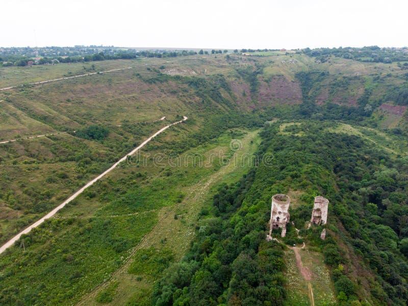 Ruins van het kasteel in Nirkov, torens van het Chervonograd-kasteel, Oekraïne Nirkov, waterval van Dzhurin royalty-vrije stock afbeeldingen