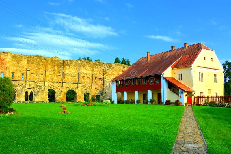 Ruiny średniowieczny cistercian opactwo w Transylvania fotografia royalty free