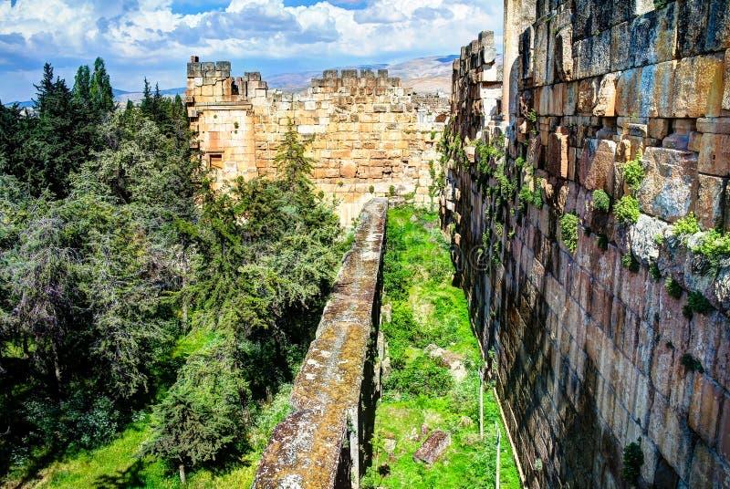 Ruiny ściana wielki sąd Heliopolis i trilithons w Baalbek przy Bekaa doliną Liban zdjęcia royalty free