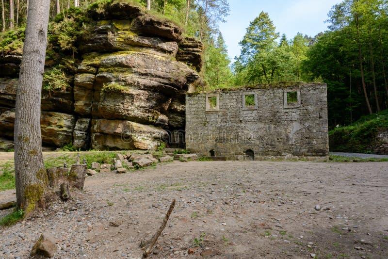 Ruiny średniowieczny młyński Dolsky Mlyn w Artystycznym Szwajcaria parku narodowym, republika czech fotografia stock