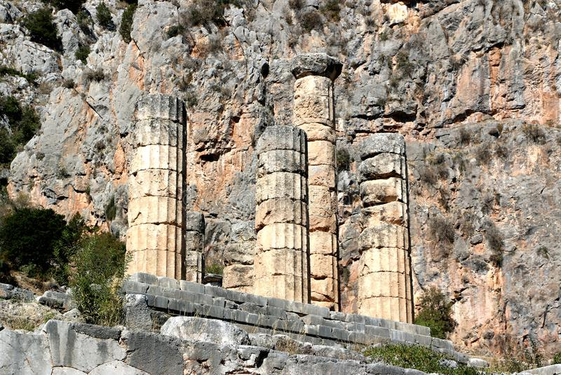 Ruiny świątynia Apollo w archeologicznym miejscu Delphi w Grecja Delphi wierzył być centre ziemia fotografia royalty free