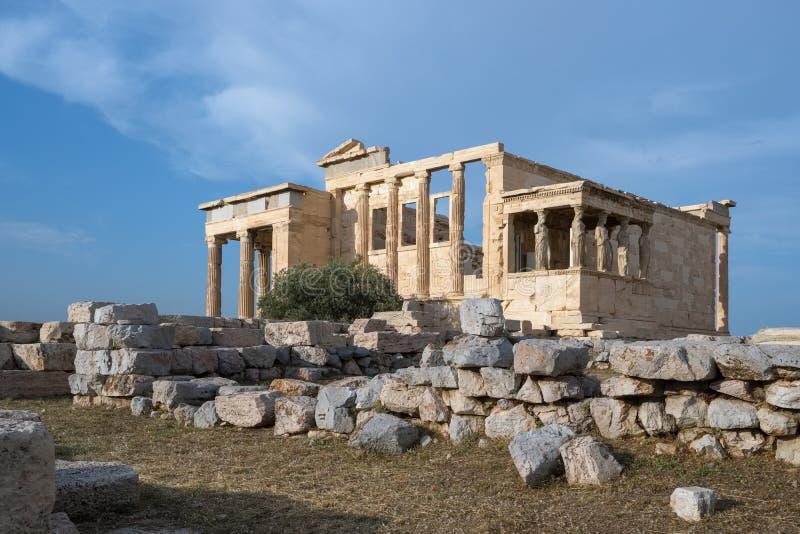 Ruiny świątynia Erechtheion przy akropolu wzgórzem w Ateny zdjęcia royalty free