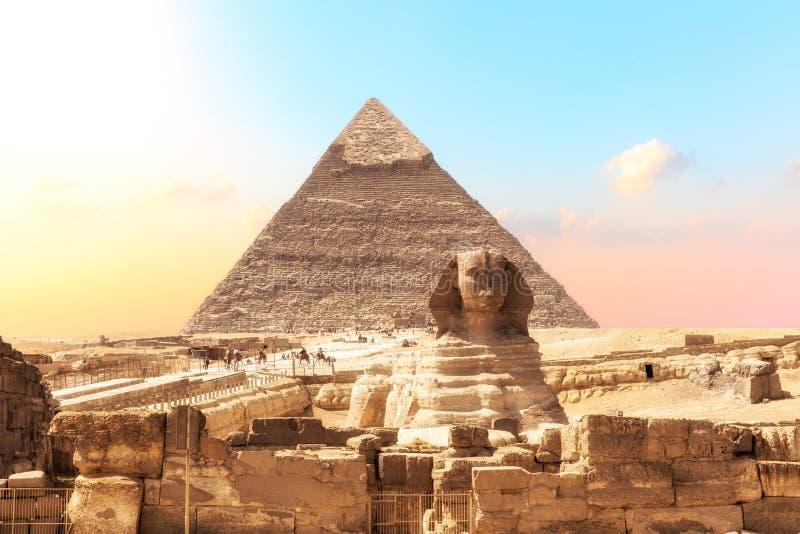 Ruiny świątynia Giza z sfinksem i ostrosłup Khafre, Egipt zdjęcie stock
