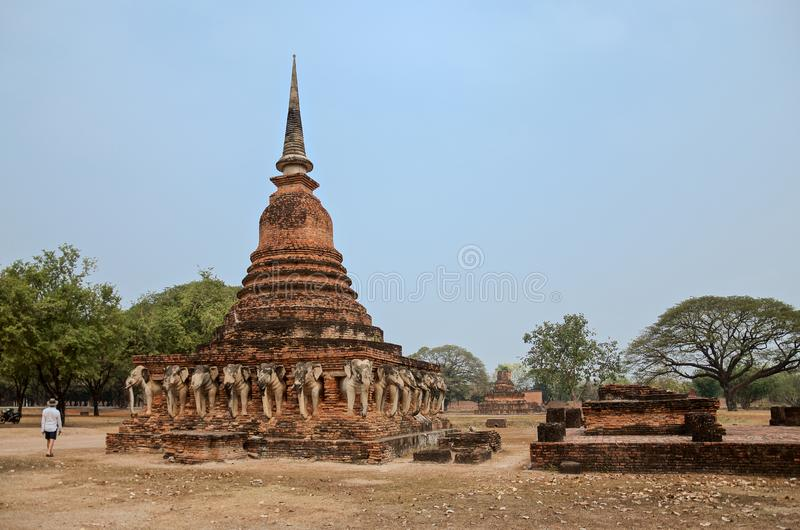 Ruiny Świątynny Wat Chang Lom na terytorium sławny Sukhothai Dziejowy park fotografia stock