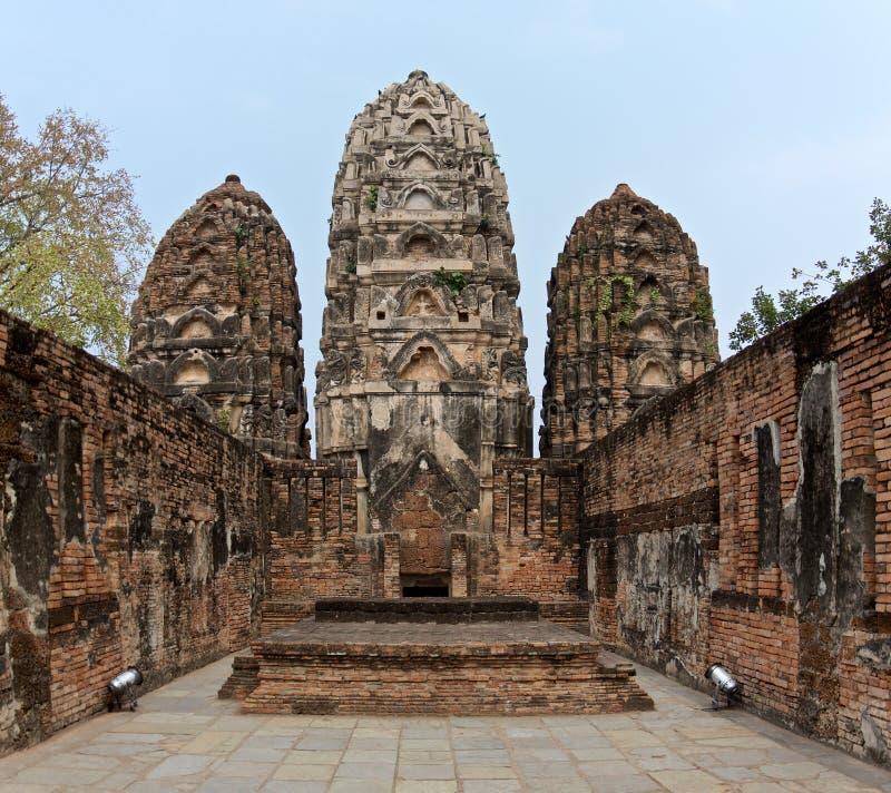 Ruiny Świątynny Wat Si Sawai na terytorium sławny Sukhothai Dziejowy park fotografia royalty free