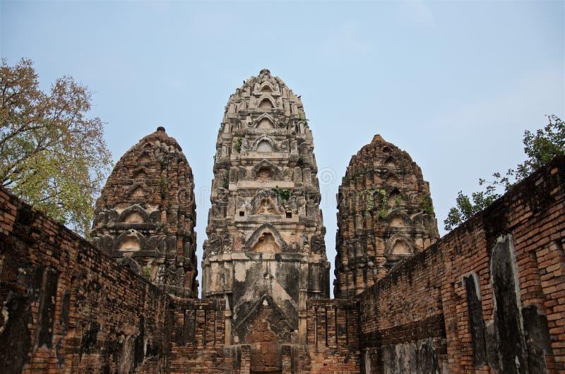 Ruiny Świątynny Wat Si Sawai na terytorium sławny Sukhothai Dziejowy park obraz royalty free