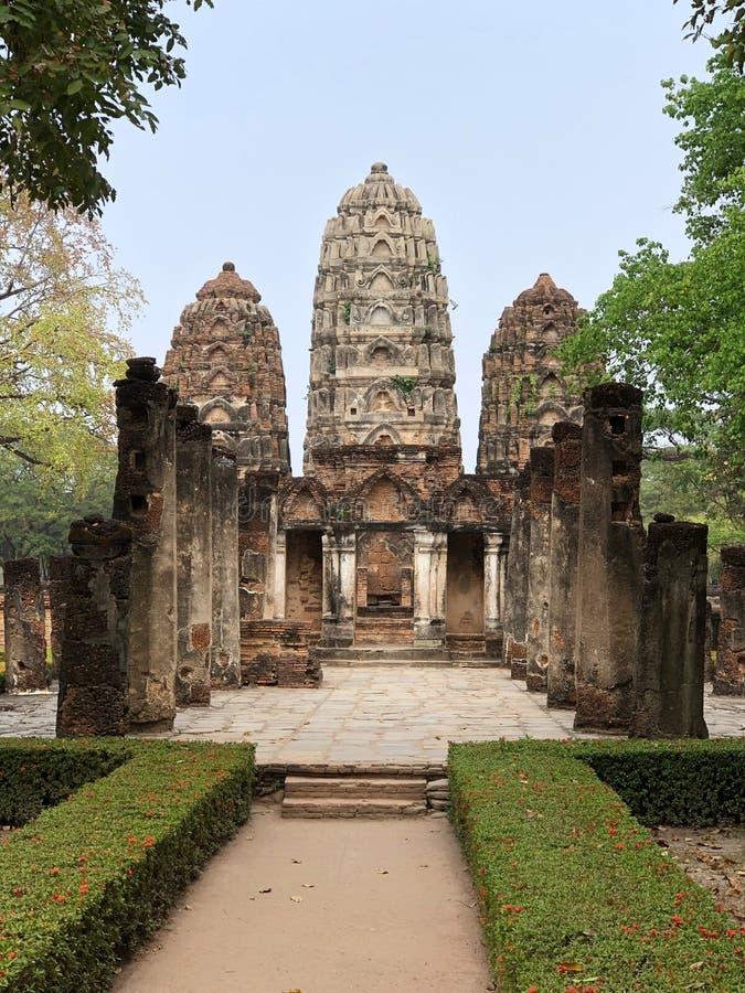 Ruiny Świątynny Wat Si Sawai na terytorium sławny Sukhothai Dziejowy park zdjęcia royalty free