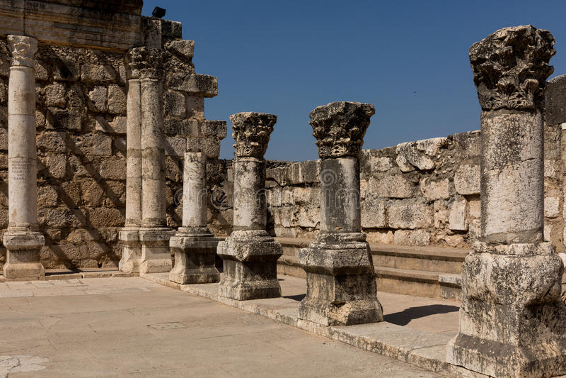 Ruiny antyczna synagoga w Capernaum, Izrael - zdjęcie stock