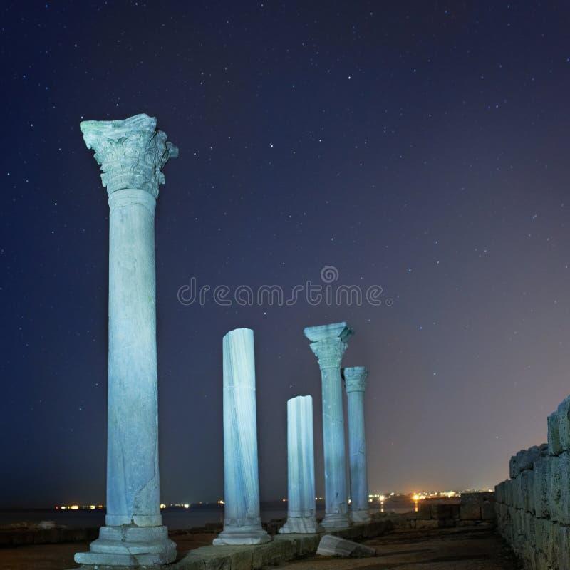 Ruiny antycznego miasta kolumny pod nocnym niebem fotografia stock