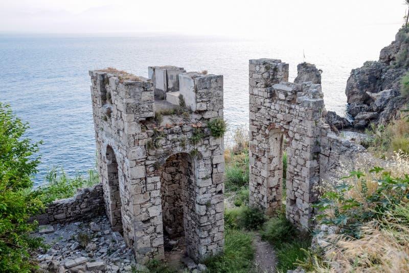 Ruiny antyczni budynki na wybrzeżu Antalya Antyczni budynki morzem zdjęcie stock
