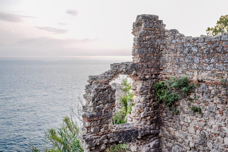 Ruiny antyczni budynki na wybrzeżu Antalya Antyczni budynki obraz royalty free
