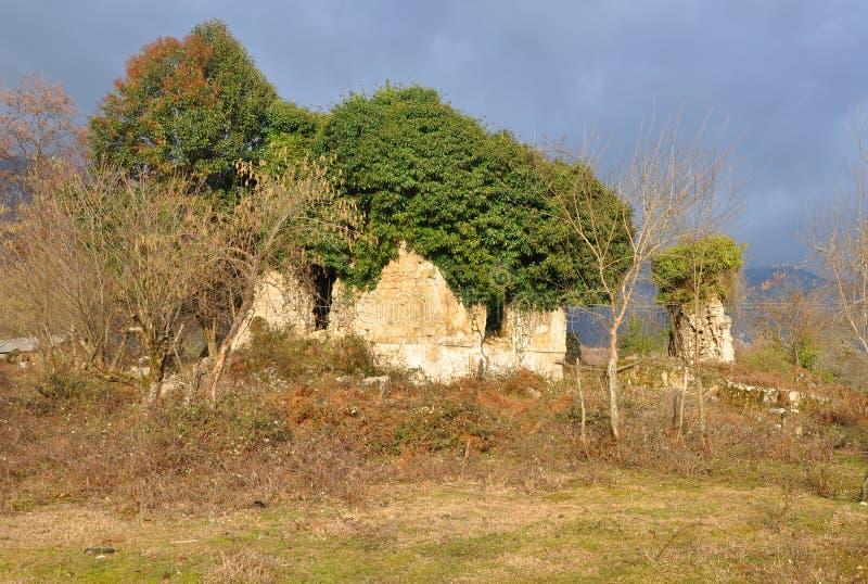 Ruiny antyczny budynek w wiosce Otkhara Abkhazia zdjęcie royalty free