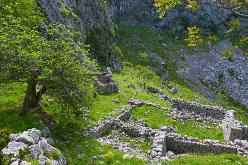 Ruiny budynek blisko fortecy Kotor obraz stock