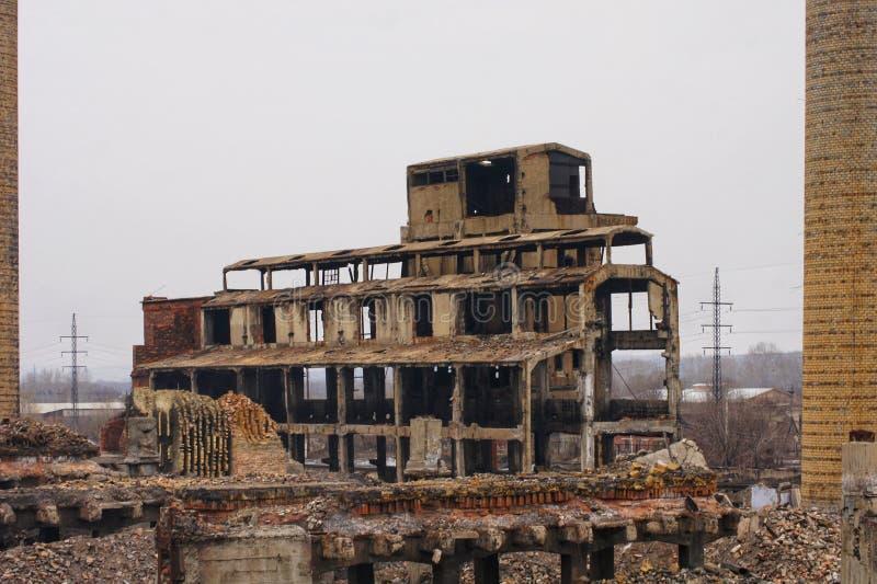 Ruiny cynkowa roślina, zniszczeni ceglani domy resztki ściany, niebezpieczne dla ludzi i ekologii obrazy royalty free