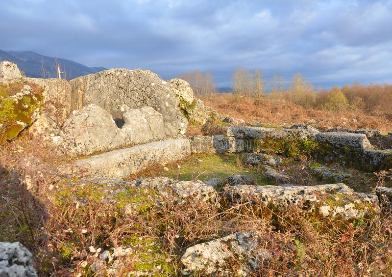 Ruiny dolmen w Abkhaz wiosce Okhara zdjęcie stock