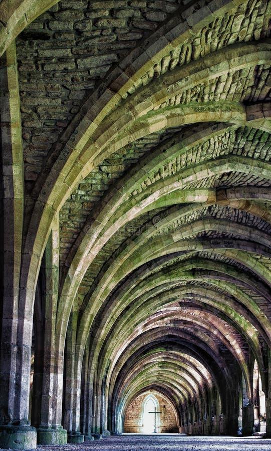 Download Ruiny fontanny opactwo obraz stock. Obraz złożonej z średniowieczny - 31249943